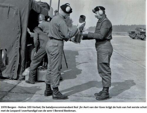 1970 103 Verkbat; Wmr I Berend Beekman overhandigd BC lkol Aart v.d. Goes de 1e huls Leop IV