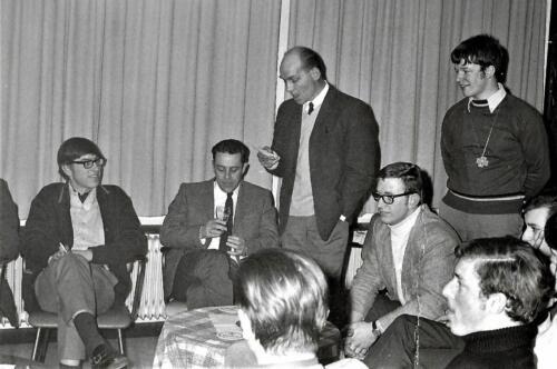 1970 1971 SSV Esk 103 Verkbat Smmt Holleman houdt toespraak li C Onh pel Elnt Bruinink Inz. Peter Haans