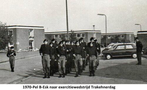 1970 B Esk 103 Verkbat Trakehner sportdag. Het exercitiepeloton marcheert op