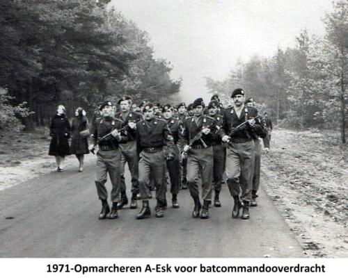 1971-11-01 Opmarcheren A-Esk voor cooverdracht. li  wmrs I Joop Meijers en re Bonne ten Kate.