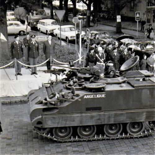 1971-06-15 A-Esk 103 Verkbat; Defilé t.g.v. het 10-jarig bestaan 103. O.a. BC Lkol vd Goes Wmr I Berend Beekman (snor) Inz. Bill Nijhuis