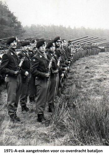 1971-11-01 A-Esk 103 Verkbat; Co overdracht van LKol vd Goes aan Hoondert. Fotoboek van de Ritm R Meeder