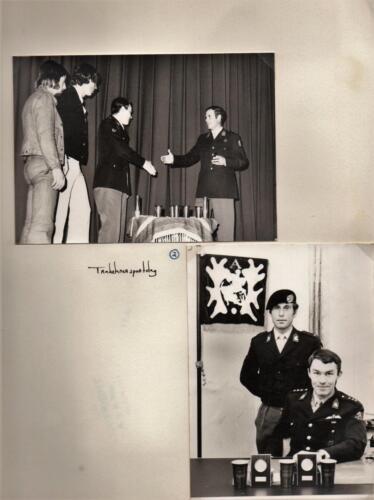 1971 A-Esk 103 Verkbat Trakehner sportdag; BC Lkol Hoondert feliciteert Ritm R Meeder  (1)