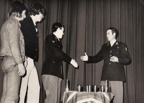 1971 A-Esk 103 Verkbat Trakehner sportdag; BC Lkol Hoondert feliciteert Ritm R Meeder  (3)