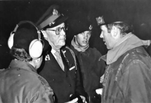 1972 103 Verkbat Schietserie. ZKH Prins Bernhard gesprek BC L Kol R. Hoondert li Maj Antonijsz en midden de Knt D. Kuiper