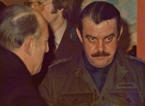1973 103 Verkbat Hoog bezoek. BC Lkol Cavadino luistert. Inz. Koos Oosterhoff