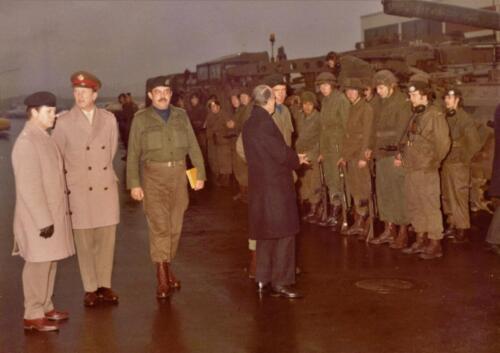 1973 103 Verkbat Hoog bezoek. Li Maj Anthonijsz Brits off BC Cavadino en C A Esk Schoolland Inz. Koos Oosterhoff kopie