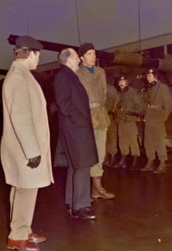 1973 103 Verkbat Hoog bezoek. Links de welbespraakte PBC Maj Anthonijsz. Inz. Koos Oosterhoff
