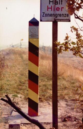 1973 A Esk 103 Verkbat Bezoek aan de DDR grens IDG Vopos bekijken of keken zij... Inz Koos Oosterhoff 1