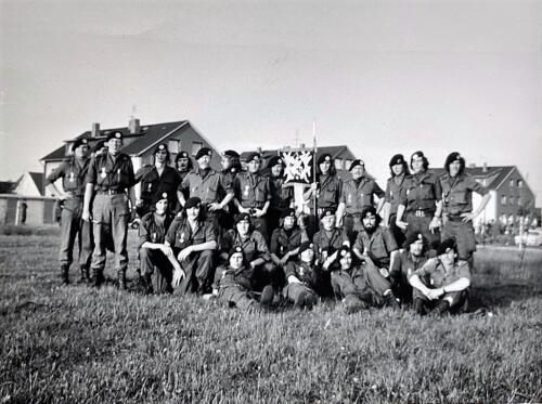 1973 A Esk 103 Verkbat Na de avondvierdaagse. Re v. vlag Ritm Hans Lippe 2e li v vlag Elnt Zeelenberg. Li Owi Henk Ouwehand