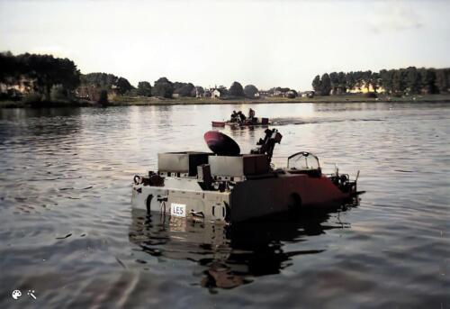 1973 B Esk 103 Verkbat Amfibische oefening de Maas bij Hedel met M113 CV. Inz Ad Hester 2