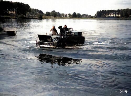 1973 B Esk 103 Verkbat Amfibische oefening de Maas bij Hedel met M113 CV. Inz Ad Hester 4