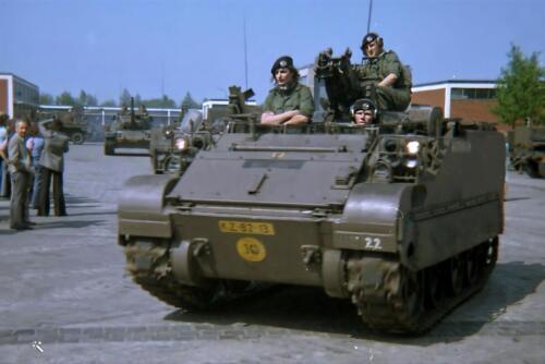 1973 B Esk 103 Verkbat Ouderweekend Seedorf. Inz. Ad Hester in zijn M113 KZ 82 13 Batangas