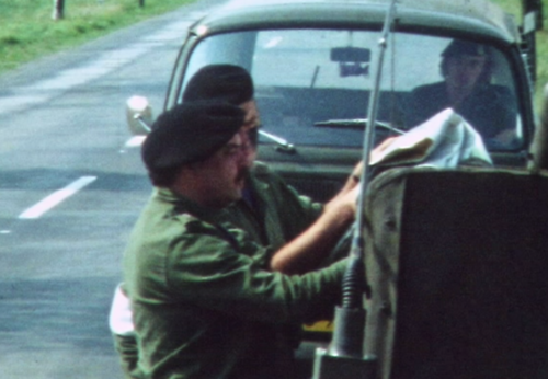 1974 08 23 tm 27 103 Verkbat Oef Wildbaan. 15 BC Lkol Cavadino stelt zich op de hoogte. Inz. Ritm Lukas Maas