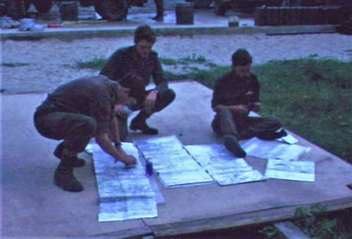 1974 08 23 tm 27 103 Verkbat Oef Wildbaan. 9 Voorbereiding kaart intekenen Inz. Ritm Lukas Maas