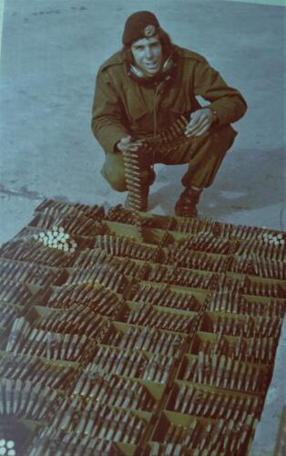 1974 09 A Esk 103 Verkbat Schietserie Rob vd Velde bij .50 munitie Inz. Harry de Groot