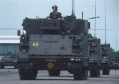 1975 06 103 Verkbat 14 Co overdracht Lkol Cavadino Valstar Parade Inz. Ritm Lukas Maas