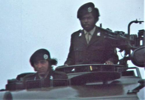 1975 06 103 Verkbat 19 Co overdracht Lkol Cavadino aan Valstar Kpl Glen Inz. Ritm Lukas Maas