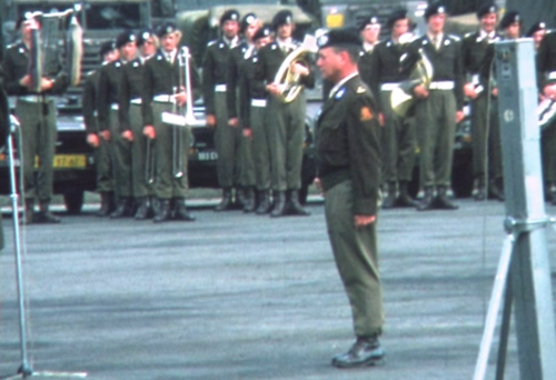 1975 06 103 Verkbat 24 Co overdracht Lkol Cavadino Valstar Veldparade ook 3e Auf Inz. Lukas Maas