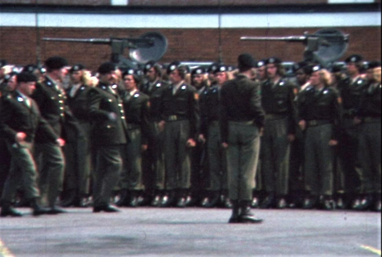 1975 06 103 Verkbat 5 Co overdracht Opkomst Lkol Cavadino en Valstar Inz. Ritm Lukas Maas