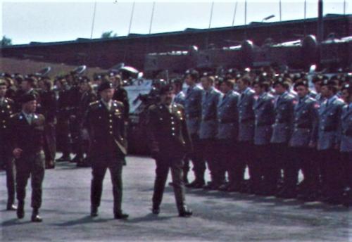 1975 06 103 Verkbat 6 Co overdracht Inspectie Lkol Cavadino en Valstar Inz. Ritm Lukas Maas