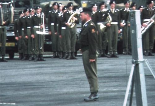 1975 06 103 Verkbat 6a Co overdracht Lkol Cavadino en Valstar. Maj Anthonijsz Inz. Lukas Maas