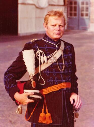1975 09 Koninklijke stallen Reserve Ritmeester Lukas Maas 15 jaar ere escorte der cavalerie