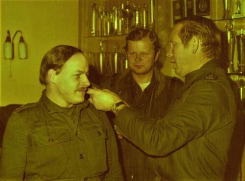 1975 10 103 Verkbat Oef Pantsersprong Elnt Hans Bosch wordt Ritm BC Lkol Joop Valstar Midden inz. Lukas Maas.