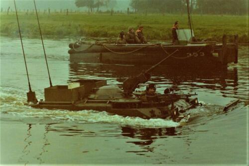 1975 10 103 Verkbat Oef Pantserstorm C AEsk Ritm Hoogendoorn in de Weser Inz. Res. Ritmeester Lukas Maas