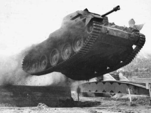 1975 Een Leopard I tank in een vliegende start