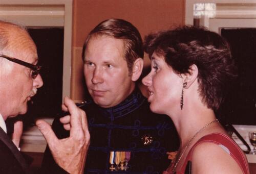 1977 08 12 103 Verkbat Co overdracht Lkol Valstar hier met vrouw in gesprek. Trakehnerbal. Inz. Res. Ritm Lukas Maas