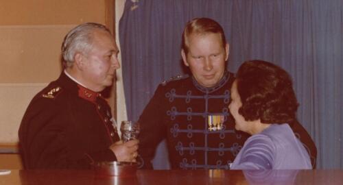 1977 08 12 103 Verkbat Co overdracht Lkol Valstar midden naar v Lingen Inz. Res. Ritm Lukas Maas
