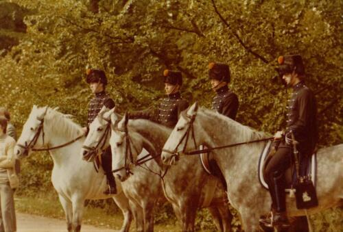 1977 08 12 103 Verkbat Co overdracht Lkol Valstar naar v Lingen. Erewacht manege Seedorf Inz. Res. Ritm Lukas Maas