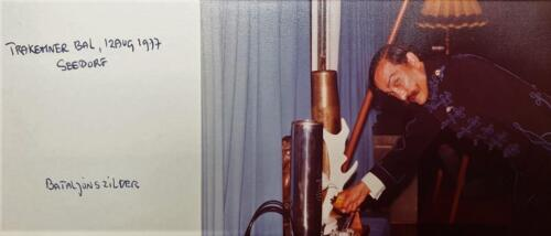 1977 08 12 103 Verkbat Co overdracht Valstar Trakehnerbal. Ritm Henk Nix bij het bataljonszilver Inz. Lukas Maas