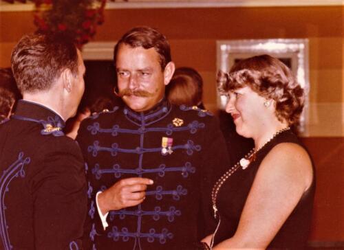 1977 08 12 103 Verkbat Trakehnerbal Maj Rob Abbas met vrouw in gesprek met S3 Maj Cees Kuypers .