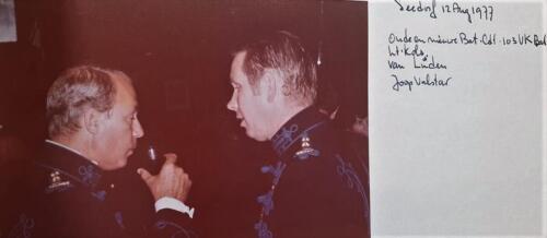 1977 08 12 103 Verkbat Trakehnerbal. Co overdracht lkol Valstar aan v. Lingen re Beiden op foto. Inz. Lukas Maas.