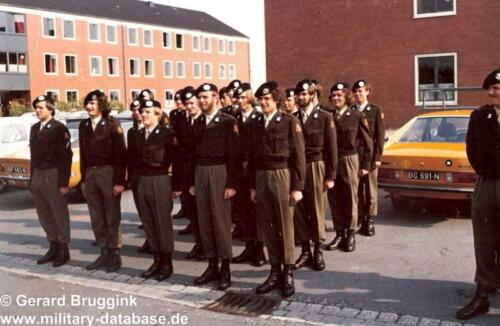 1977 - 1978 A-Esk 103 Verkbat  In het gelid of op de plaats rust, rust. Het kazerneleven in Seedorf  (1)