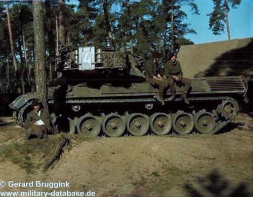 1977 - 1978 A-Esk 103 Verkbat Poseren met en bij de Leopard (1)