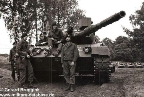 1977 - 1978 A-Esk 103 Verkbat Poseren met en bij de Leopard (2)