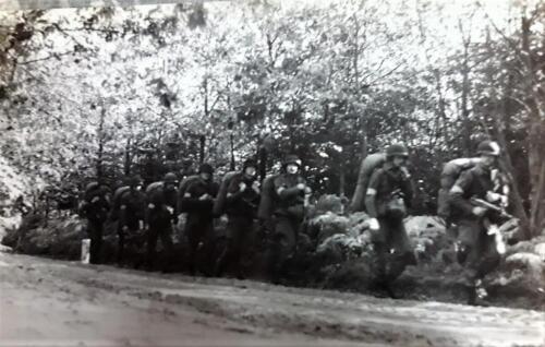 1977 A Esk 103 Verbat Kaderschool AKV Oef Ginkelse heide Kader in opl mars met berenlul. Inz. Henk Smeenge