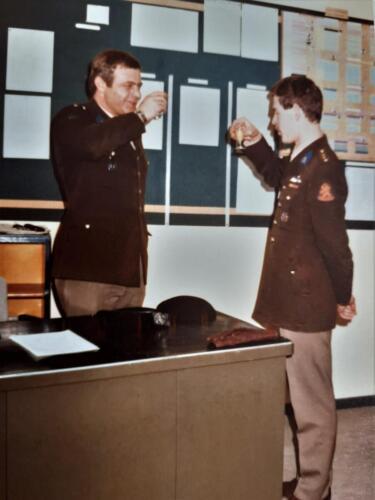 1978 02 01 A Esk 103 Verkbat Co overdracht A. Ritm Wolters aan Ritm J. Attema. Proost 1