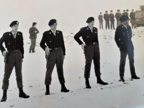 1978-02-17 103 Verkbat beëdiging; Off begeleider Elnt de Pruyssenaere de la Woestijne. Tlnts Anne de Boer, Erik van der Pluym en Hans Reinders.