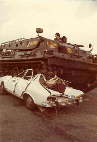 1979 1980 A Esk 103 Verkbat Ouderweekend Kpl I Glen weet wel raad met de auto.