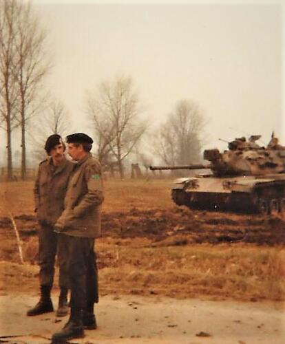 1979 1980 A Esk 103 Verkbat. 11. De Bc Lkol George Eleveld in gesprek met de Wmr I Fred kerkhof Inz. Peter van der Spek
