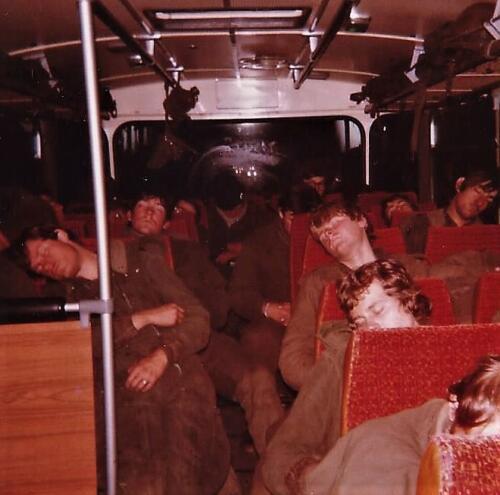 1979 1980 A Esk 103 Verkbat. 12. Heen of terugreis in de bus vanuit een oefening of vanuit Hamburg. Inz. Peter van der Spek