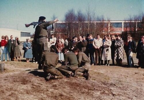 1979 1980 A Esk 103 Verkbat. 17. Ouderweekend met soms spectaculaire opvoeringen Inz. Mortierist Peter van der Spek 6
