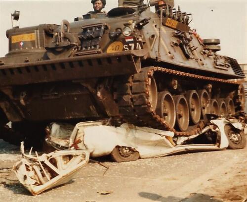 1979 1980 A Esk 103 Verkbat. 18. Ouderweekend met soms spectaculaire opvoeringen Berger Kpl I Glen regelt het weer. Inz. Peter van der Spek 1