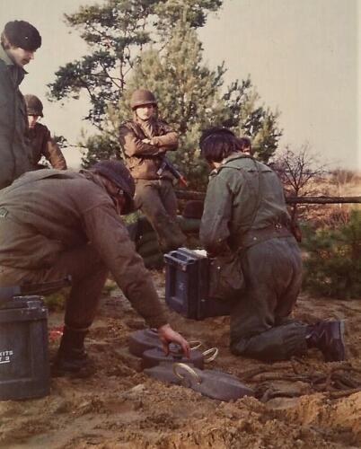 1979 1980 A Esk 103 Verkbat. 2. Aanleg van een mijnenketting op het oefengebied. Inz. Mortierist Peter van der Spek