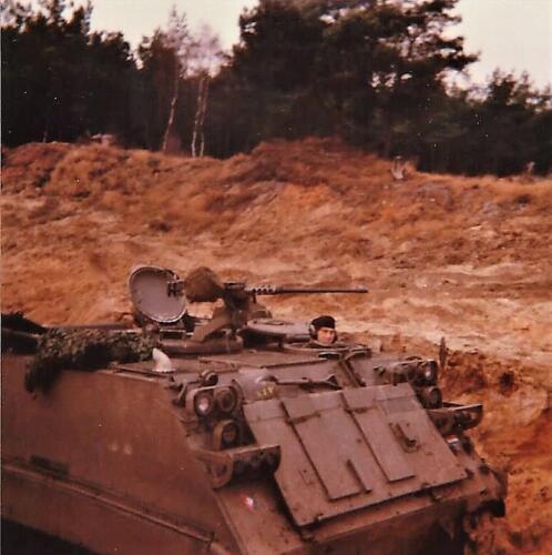 1979 1980 A Esk 103 Verkbat. 8. Oefeningenmet de mortierbak. Inz. Mortierist Peter van der Spek 1