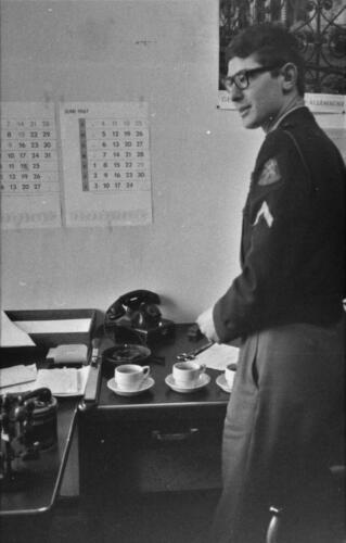 1966-1967 A-Esk 103 Verkbat; De admeur heeft het maar druk met vv, Papstaat en Soldij. Uit het fotoarchief van Jan Stoffels  (5).